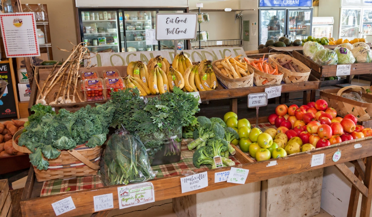 HENDERSONVILLE PRODUCE: A LOCAL MARKET 4